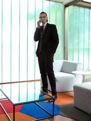 Pessoa de terno no escritório