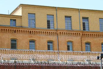Gefängnis mit Mauer und Stacheldraht