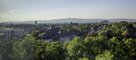 Luftaufnahme von Frankfurt am Main mit Blick auf den Taunus