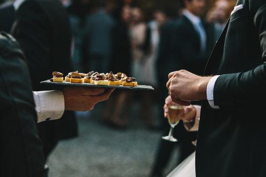 Apéritif de mariage, canapé petits four et amuse bouche toast foie gras tapenade