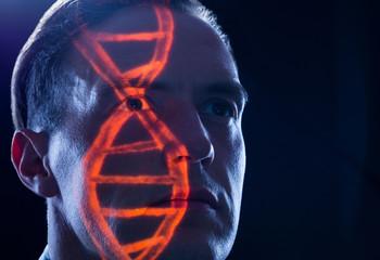 DNA oder DNS Erbgut Gene eines Chromosom auf einem Mensch als Symbol für Genforschung und Gentechnik in der Medizin