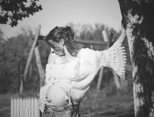 Jolie femme enceinte au naturel