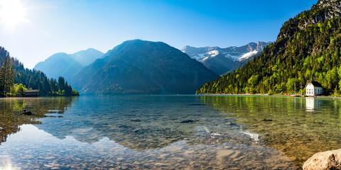 Bergsee Panorama mit Bergen und Spiegelung im See am morgen