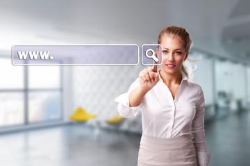 junge Frau drückt auf virtuelles URL-Eingabe-Feld
