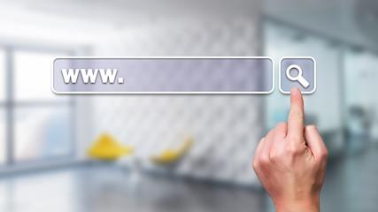 Finger drückt auf virtuelles URL-Eingabe-Feld