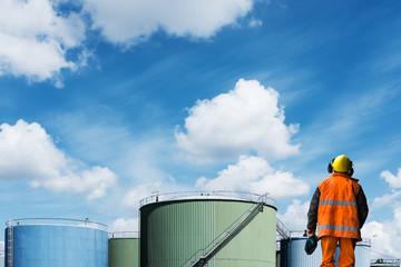 industrie pétrole chantier ouvrier travailler dock carburant dépôt fatigue lutte sociale syndicat revendiquer travaux