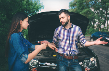 The couple quarreled, the car broke down on the road