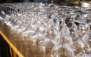 Muchas Copas de vino boca abajo