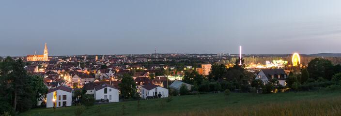 Panorama von Regensburg bei Sonnenuntergang während der Maidult