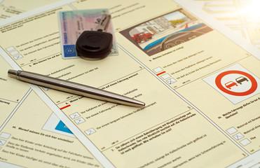 Fahrschule Fragebogen mit Führerschein und Autoschlüssel