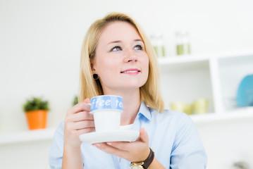 Junge nette Frau mit Tasse in Küche