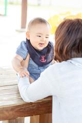 ママと公園で 赤ちゃん