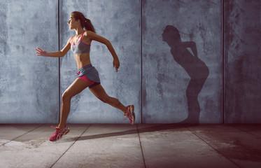 Frau trainiert ohne Rückenschmerzen