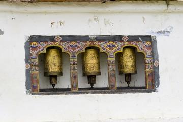 Drei Gebetsmühlen in Bhutan