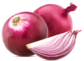 Two red onion with slices