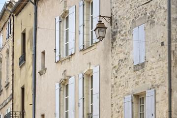 Historische Fassade in der Kleinstadt Uzes, Südfrankreich