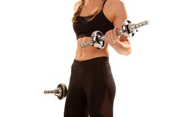 Sportlicher Frauenkörper mit Hanteln