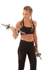 schlanke Frau mit Hanteln beim Sport