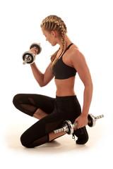 Sportliche Frau beim Workout mit geflochtenen Zöpfen