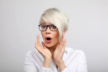 Frau mit Brille begeistert
