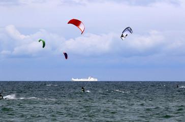 Kitesurfer und Schiff
