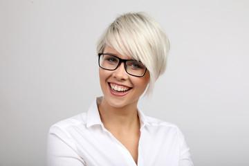 Frau mit Brille lacht