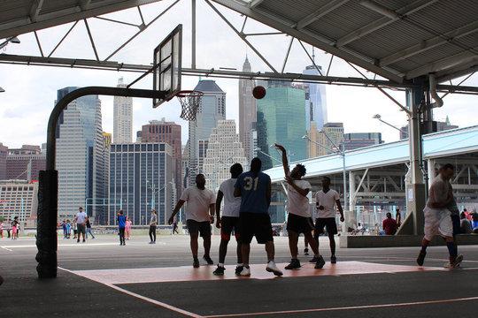 New York / Brooklyn Pier 2 - Terrain de sports avec skyline en arrière plan