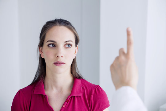 Woman during an orthoptic session