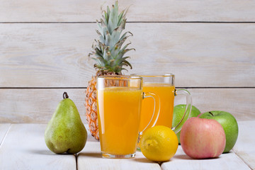 Рецепт приготовления фруктового сока,фон деревянный
