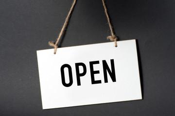 Ein Schild mit dem Wort Open