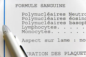 Feuille de r←sultats d'analyse de sang : formule sanguine Le pourcentage de chaque type de leucocytes (polynucl←aires neutrophiles, polynucl←aires ←osinophiles, polynucl←aires basophiles, lymphocytes et monocytes) est d←termin←