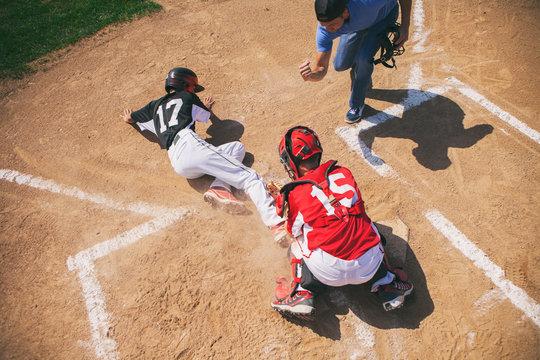 Baseball umpire calls runner out at home plate