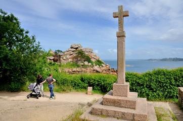 Sentier de randonnée entre Ploumanach et la côte de granit rose en Bretagne