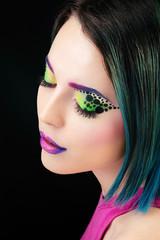 Portrait d'une jeune femme au maquillage fluo, les yeux fermés.