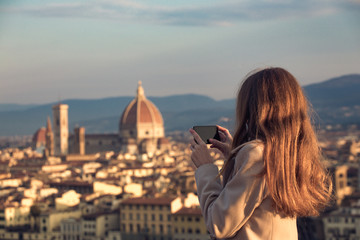 girl making a photo shoot of Florence with the smartphone