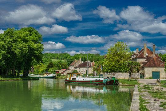 F, Burgund, Idylle mit Hausbooten an der Schleuse bei Tanley am Canal de Bourgogne