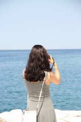 Frau beim fotofrafieren im Hochformat