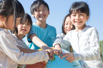 地球儀を持つ小学生