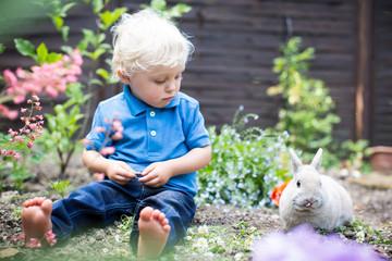 Kind hilft im Garten
