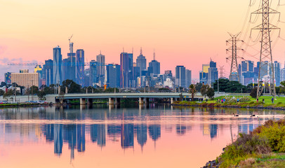 Foto op Aluminium Kuala Lumpur A view of the Melbourne Australia skyline from the Maribynong River in the early evening.
