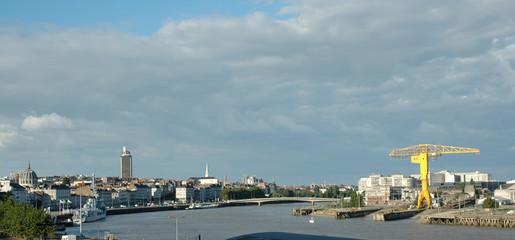 Vue panoramique de la ville de Nantes avec la Loire et la grue jaune
