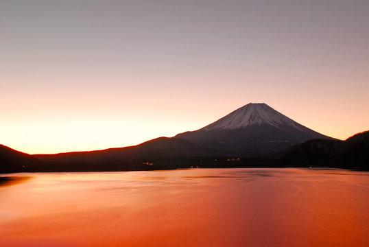 本栖湖の富士山の日の出前