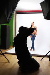 Fotograf beim Fotoshooting im Fotostudio
