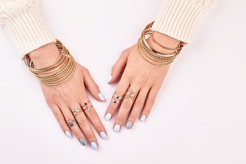 Fototapete - Gold and silver jewelry on women's hands.
