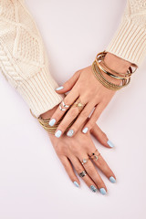 Fototapete - Stylish manicure with rings.