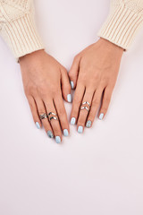Fototapete - Women's hands with silver rings.