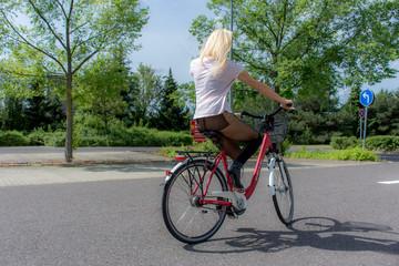 Blondine auf Fahrrad