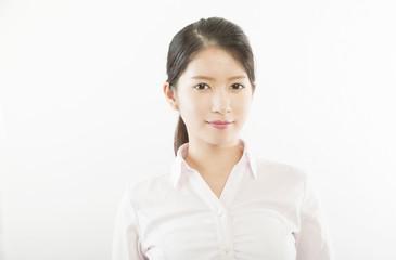 女性ポートレート 白シャツ 屋内 カメラ目線 クールビズ
