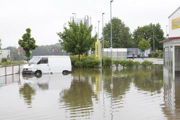 Transporter unter Wasser auf dem Parkplatz