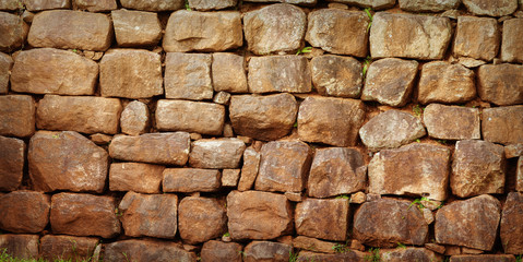 Wall assembled from a roughly processed natural stone